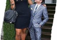 Женщина выше мужчины. Она высокая, он низкий и маленький.