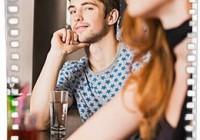 Парень смотрит на девушку, но ничего не предпринимает... Что это значит?